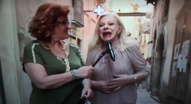 Sandra Milo, il gesto che spiazza tutti durante Vita in Diretta. Andrea Delogu allibita: «No!»