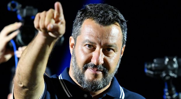 Salvini: «Voglio pieni poteri». E convoca i suoi: elezioni o in piazza