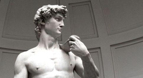Firenze, nudo davanti al David di Michelangelo: stesso esibizionista che si spogliò agli Uffizi