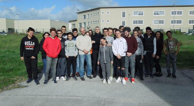 Un gruppo di studenti dell'istituto Rosselli di Aprilia con i professori Marco Mengoli e Mauro Faina