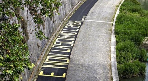 Nuova pista ciclabile Lungotevere imbrattata con una scritta: «E non lasciano l'erba»