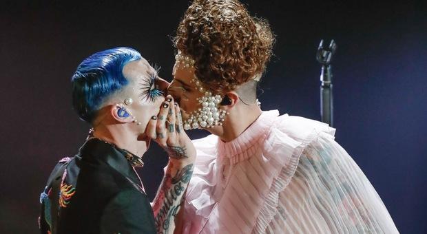 Sanremo, i baci della serata finale: Pinguini e Mara Venier, Achille Lauro e Boss Doms