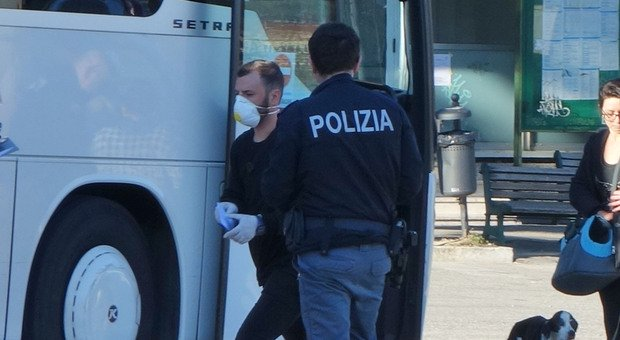 Roma, rimprovera una coppia perché senza mascherina: accoltellato sull'autobus