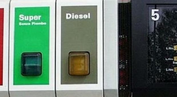 Benzina, arrivano gli aumenti di Pasqua Ecco quanto costerà il pieno