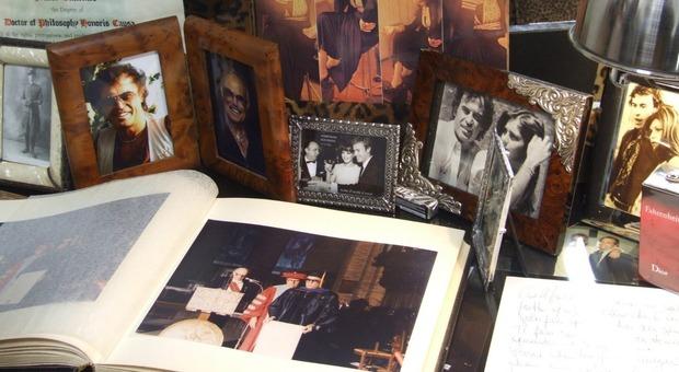 Franco Califano, le sue estati rivivono nella casa museo di Ardea: dalla poltrona-culla alle foto più belle