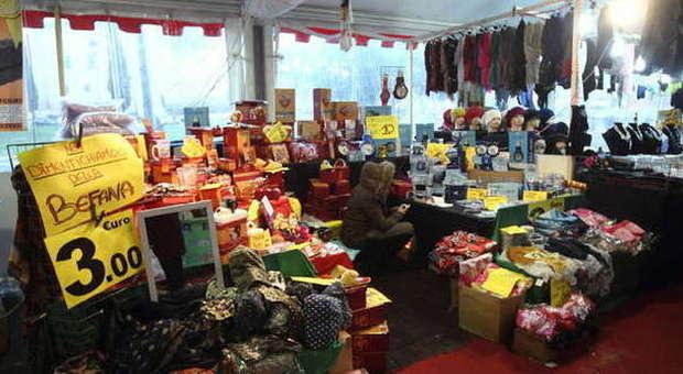 Piazza San Giovanni, scatta l'inchiesta sul mercato abusivo di Natale