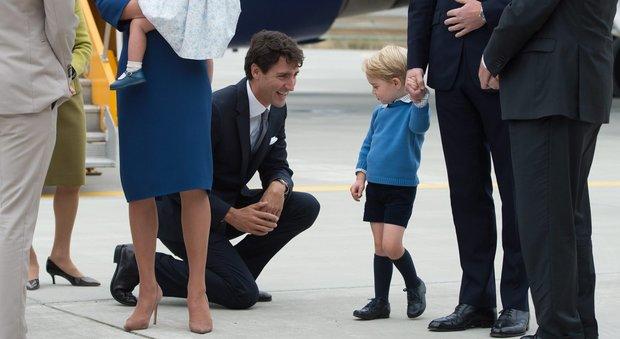 """Il principino George snobba il premier canadese e si rifiuta di """"battere il cinque"""""""