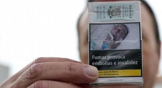 «Mi hanno usato per la foto sui pacchetti a mia insaputa»: uomo fa causa a Bruxelles