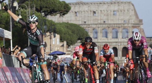 Il Giro d'Italia eviterà Roma: «Prima ripariamo le buche», i ciclisti passeranno da Frascati