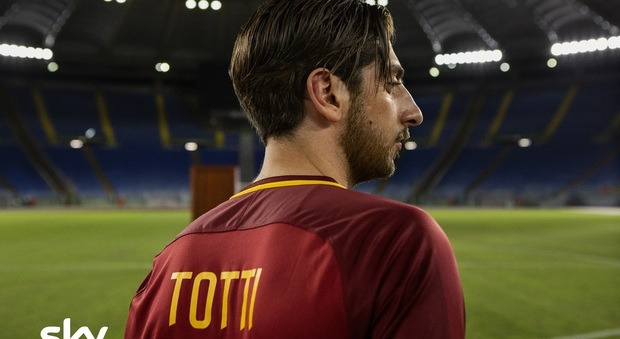 """Castellitto interpreta Totti per Sky: la prima foto dal set di """"Speravo de mori' prima"""" Video"""