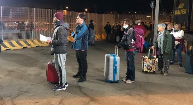 I passeggeri scesi dalla nave proveniente da Barcellona