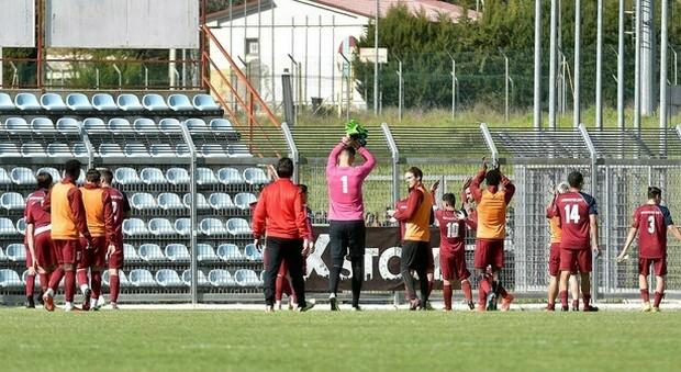 Il Rieti saluta gli ultras fuori dallo stadio a fine gara (foto Meloccaro)