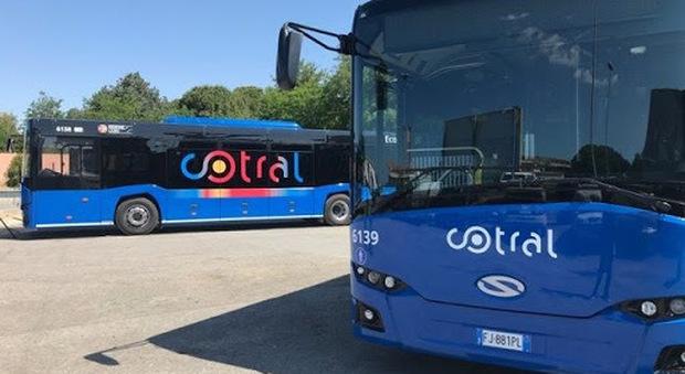In fabbrica distanziati, sul bus stretti come sardine: il paradosso degli operai della Fca di Cassino