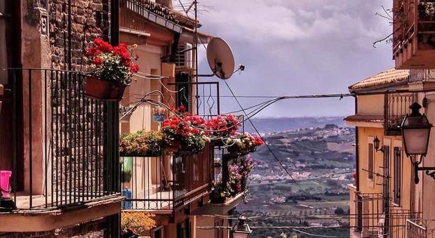 Coronavirus, balconi in fiore contro lo stress da isolamento