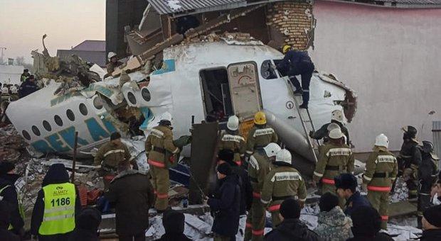 Kazakistan, aereo precipita al decollo e si schianta contro edificio: almeno 12 morti