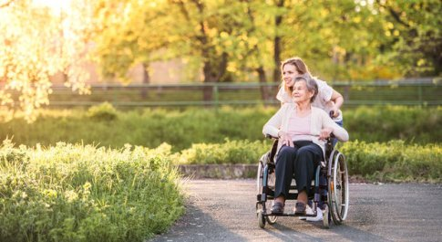 Italia longeva ma fragile, solo il 2,7% degli anziani su cento sono assistiti a casa