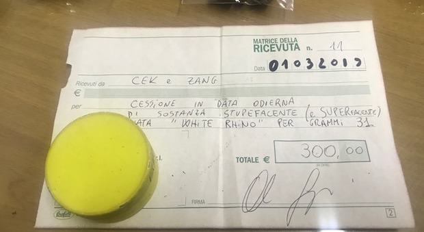 Arezzo, spaccia droga con tanto di ricevuta ai clienti: arrestato un 21enne