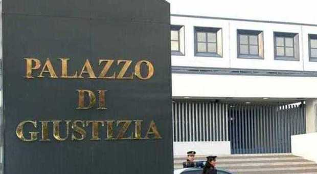 Viterbo, pubblica foto hard dell'amata stalker rischia l'arresto in aula