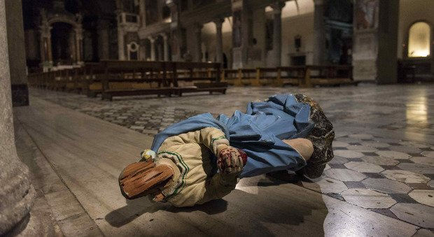 Roma, folle in Basilica, distrutte 2 statue. Il parroco: «Pensavo fosse l'Isis»