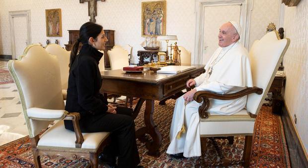 Papa Francesco: in tante famiglie ormai si fa la fame, oggi incontro con la sindaca Raggi
