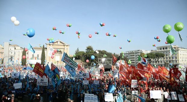 I sindacati in piazza a Roma sferzano il governo: «Cambi rotta»