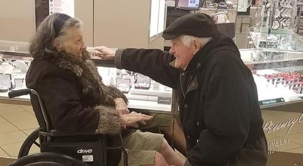 «Ti sposo di nuovo se superi l'ictus». A 85 anni (e 63 insieme) si inginocchia con l'anello