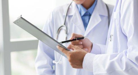 Morti improvvise, 70mila casi ogni anno. I cardiologi: «Servono più defibrillatori automatici fuori dagli ospedali»