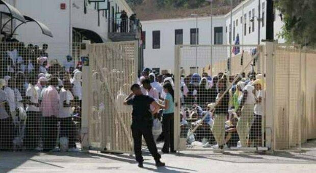Covid, l'ira di Musumeci: «Chiudo subito in Sicilia tutti gli hotspot per i migranti, si attivi un ponte aereo»