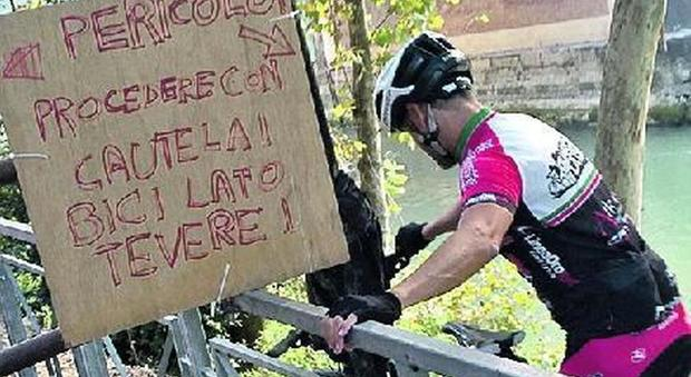 Roma, chiusa la pista ciclabile sul Tevere: a piedi in bilico sul fiume