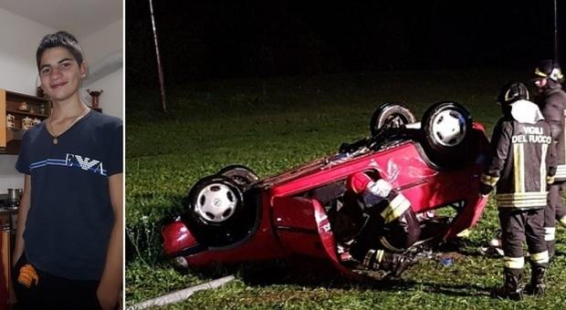 Minorenne prende l'auto della madre e si schianta: morto il 16enne, altri 7 feriti
