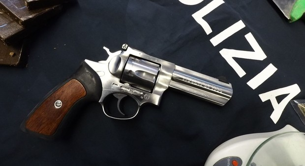 Mostra la pistola del padre agli amici e parte un colpo: grave un diciottenne