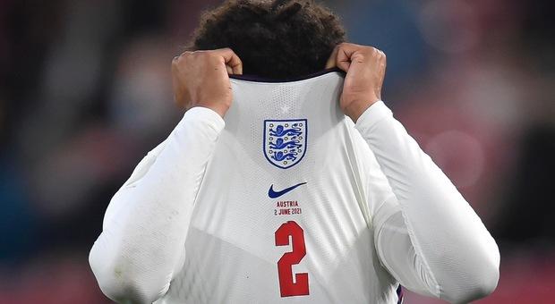 Inghilterra, calciatori in ginocchio ululati dei tifosi