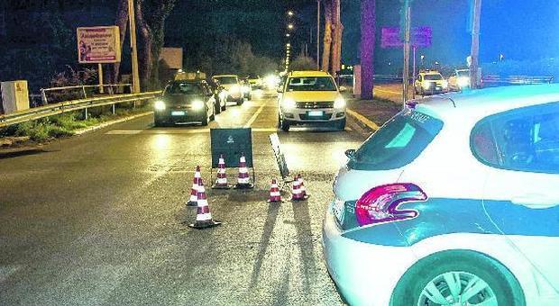 Roma, agenti al posto delle transenne per segnalare le buche di Ostia