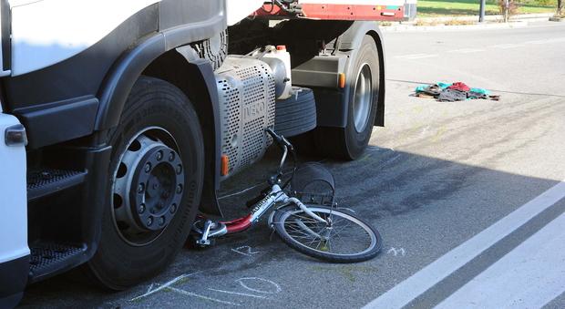 Mestre, schiacciato dal tir che fa manovra nel parcheggio: ciclista gravissimo