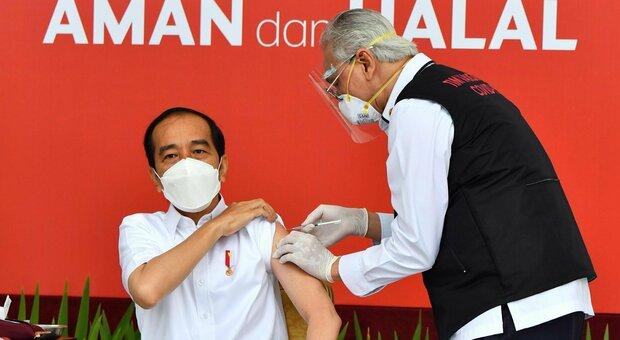 Covid, l'Indonesia inizia la campagna vaccinale dai giovani: «Da loro più contagi»