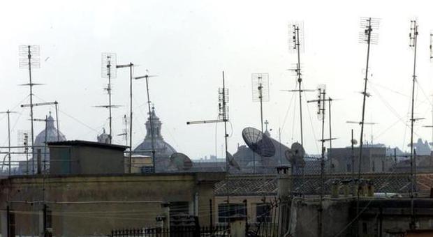 Roma, operazione Tetti puliti, la Capitale città pilota, oltre un milione di antenne, una su due inutilizzata