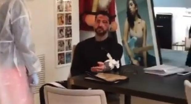 Fabrizio Corona si taglia le braccia, il volto coperto di sangue: il video choc su Instagram (ma non è come sembra)