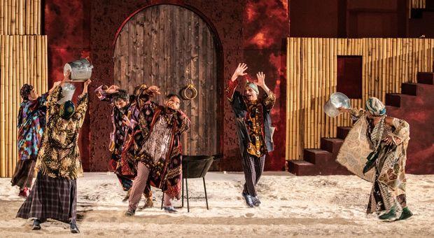 Lisistrata con la regia di Tullio Solenghi in scena al teatro antico di Siracusa fino al 6 luglio