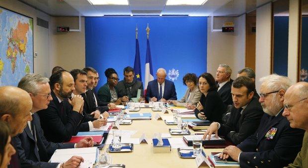 Coronavirus, Macron: «Requisita la produzione delle mascherine, sarà lo Stato a distribuirle a chi ne ha bisogno»