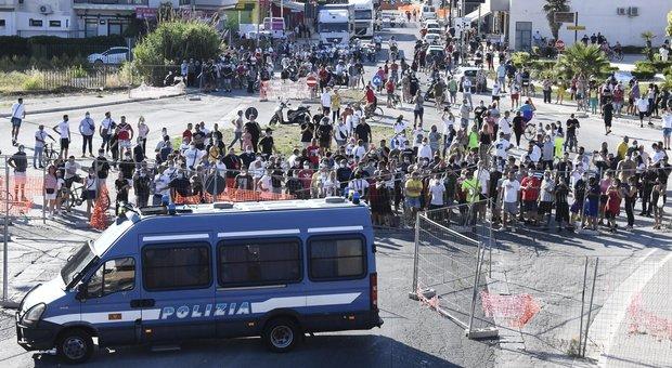 Mondragone, zona rossa: lanci di pietre e sedie, sfondate le auto dei braccianti bulgari