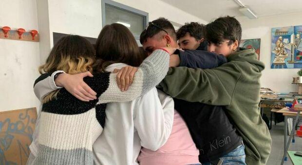 L'abbraccio dei ragazzi alla prof