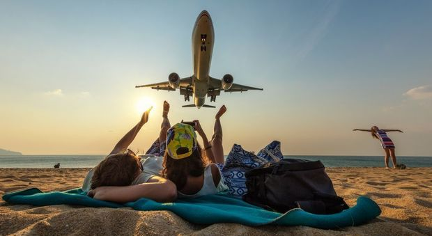 La spiaggia dei selfie a Pukhet verso la chiusura. «A rischio la sicurezza degli aerei»
