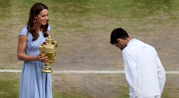 Wimbledon, Kate Middleton premia Djokovic e consola Federer con una carezza