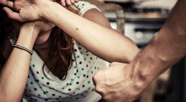 Va in vacanza con l'ex moglie ma alla fine tenta di strangolarla: arrestato