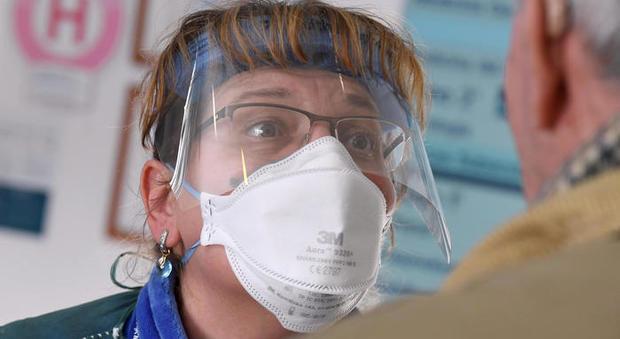 Coronavirus, l'oculista dell'Umberto I: «Lenti a contatto? Ora meglio portare gli occhiali perché coprono»