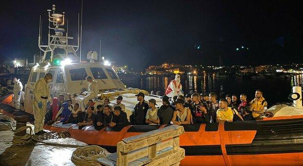 Migranti, a Roccella Jonica nuovo sbarco: 21 positivi al Covid su 57 arrivati