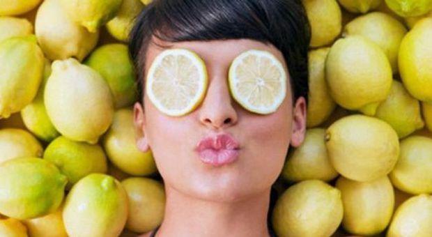 Limoni, alleati di bellezza low cost: ecco 10 rimedi facili e naturali