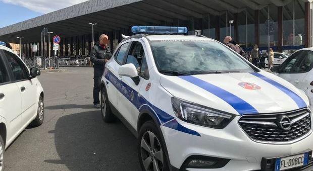 Roma, sorpresi senza biglietto aggrediscono vigili e controllore a Termini: un arresto