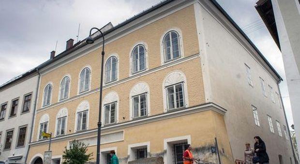 Austria, proposta del leader di estrema destra Hofer: «Demolire la casa natale di Hitler»