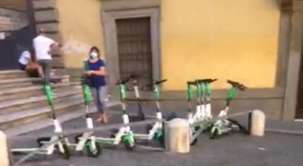 Roma, l'invasione dei monopattini, centro assediato: «A piazza di Spagna abbandonati ovunque»